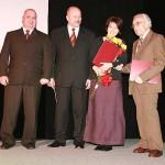 """Laureaci plebiscytu """"Słupczanin Roku 2008"""". Stoją od lewej: Waldemar Miernik (redaktor naczelny Gazety Słupeckiej), Tadeusz Raczkowski, Beata Czerniak i Stanisław Garsztka."""