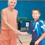 Podziękowanie po meczu finałowym, w którym najmłodszy zawodnik turnieju Dawid uległ 0:3 bardzo doświadczonemu zawodnikowi Henrykowi Piechnikowi.
