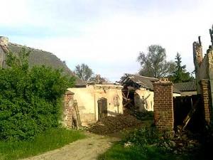 Na budynku gospodarczym zniszczona jest połowa dachu i jeden z kominów