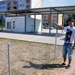 Patryk Nowakowski jest jednym z mieszkańców ul. Kilińskiego, którzy nie są zadowoleni z lokalizacji myjni pod blokami
