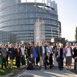 Cała grupa pod Parlamentem Europejskim