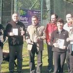 Uczestnicy mistrzostw miasta w tenisie ziemnym z pucharami