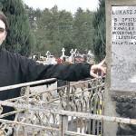 Mariusz Wróblewski, nauczyciel z lądkowskiej szkoły, zwrócił uwagę na niszczejący pomnik przy głównej alejce lądkowskiego cmentarza