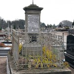 Kute ogrodzenie, piękny krzyż i kształt pomnika są niepowtarzalne