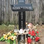 Na miejscu tragedii stoi krzyż. Bliscy Przemka Tupalskiego dbają o to miejsce pamięci
