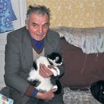Antoni Rewers w towarzystwie swoich dwóch kotów