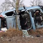 Policjanci przy rozbitym samochodzie szukali dokumentów potwierdzających tożsamość poszkodowanych