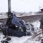 Pociąg zmiażdżył samochód. Kierowca uciekł przed pociągiem i... policją