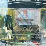 """Właściciele słupeckiej """"Kwiatosfery"""" przygotowali z okazji beatyfikacji Jana Pawła II ładną okolicznościową wystawę."""