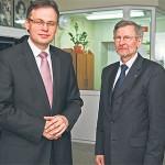 Parlamentarzyści PiS-u Arkadiusz Mularczyk (z lewej) i Witold Czarnecki (z prawej) w holu słupeckiego kina podczas spotkania w rocznicę katastrofy smoleńskiej.