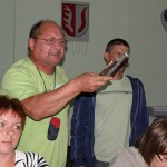 Wiesław Osiński przyniósł na sesję dwa , jak je nazwał, złote dłuta, które otrzymał