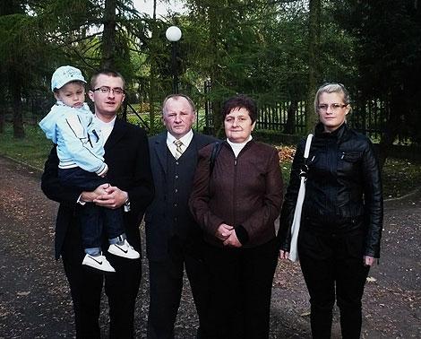 Jerzy Woźniak z całą rodziną w Gnieźnie, na terenie seminarium duchownego gdzie nauki pobiera jego syn, Damian