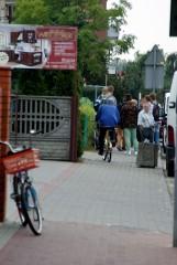 z-drogi-sledzie---rowerzysta-po-chodniku-jedzie!!!