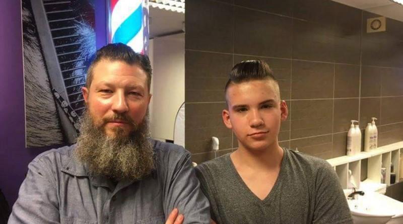17-latek-z-Młodojewa-w-towarzystwie-Adama-Szulca-mistrza-fryzjerskiego,-pod-którego-okiem-uczy-się-fachu