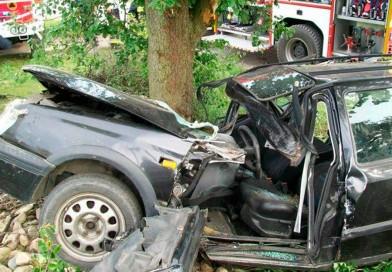 Golfem w drzewo. Poważne obrażenia kierowcy