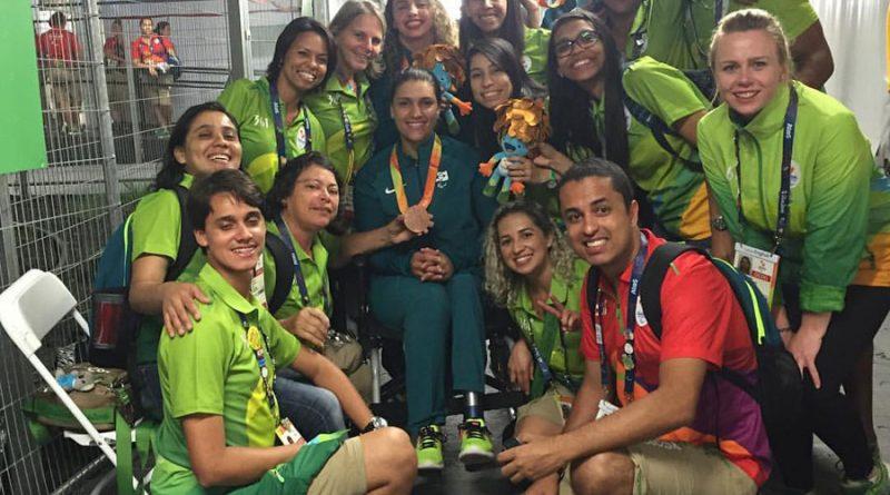 brazylijscy-wolontariusze-bardzo-cieszyli-sie-z-brazowego-modelu-w-siatkowce-na-siedzaco