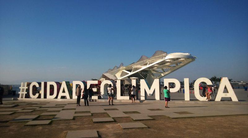napis-miasto-olimpijskie-a-w-tle-nowoczesny-budynek-muzeum-jutra-museu-de-amanha