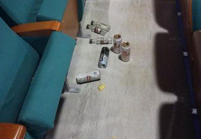 Alkoholowa libacja w kinie