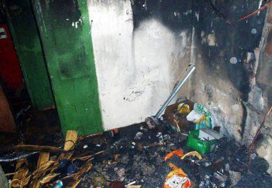 Strażacy wynieśli z pożaru człowieka
