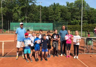 Młodzi powiatowi mistrzowie tenisa ziemnego