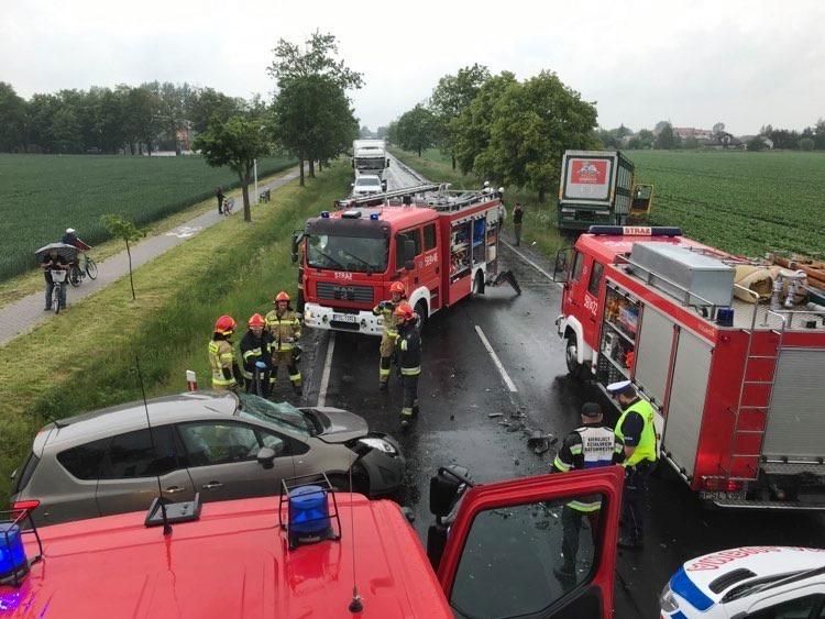 Zderzenie osobówki z ciężarówką, jedna osoba w szpitalu